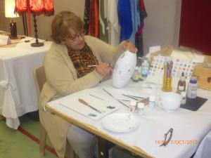 Peinture sur porcelaine avec Madame Denise Larre.